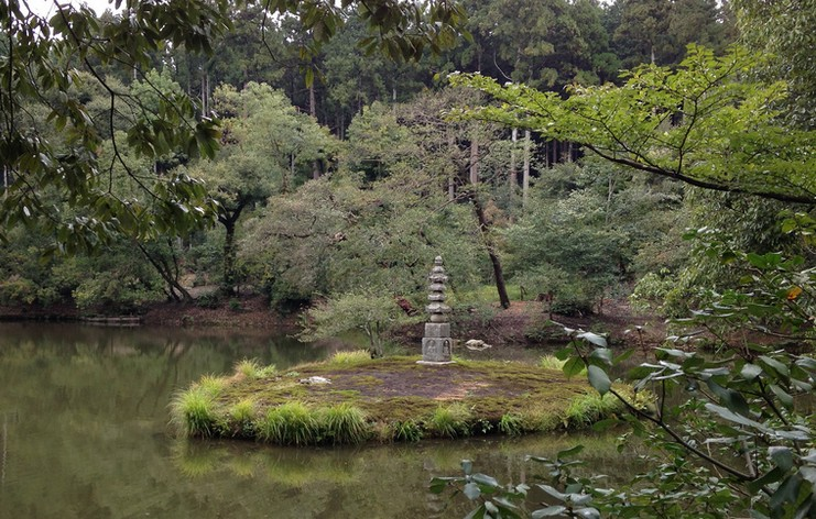 金閣寺の境内のパワースポットその2・【白蛇の塚】