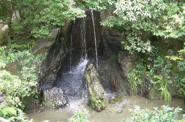 金閣寺の境内のパワースポットその3・【龍門滝の水しぶき】