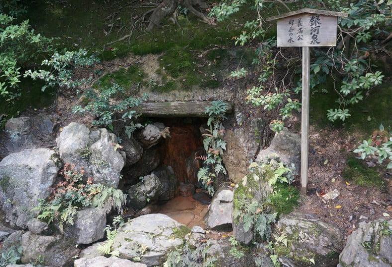 金閣寺の境内のパワースポットその3・【銀河泉の厳下水】