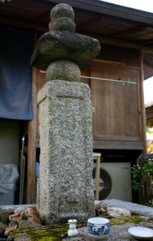 金閣寺の境内のパワースポットその5・【浄蔵貴所の供養塔】
