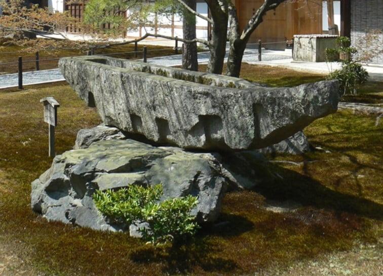 京都・金閣寺の見どころ【その2】「舟形石(ふなかたいし)」